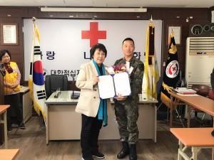 왼쪽부터 더불어민주당 정춘숙 의원이 김동진 부사관에게 정춘숙 국회의원 표창장을 전달하고 있다