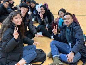 국립평창청소년수련원 체육관에서 국제청소년성취포상제 금장단계에 도전전하는 한국 청소년들과 말레이시아 청소년들이 팀워크 활동을 하고 있다