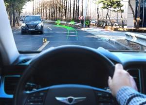 현대·기아자동차 남양연구소 인근 도로에서 제네시스 G80의 전면유리에 홀로그램 증강현실 내비게이션이 실제 작동하고 있다