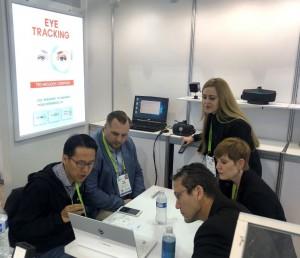 비주얼캠프가 CES 2019에서 모바일 아이트래킹 모듈 및 VR 아이트래킹을 활용한 포비티드 렌더링 기술을 소개하고 있다
