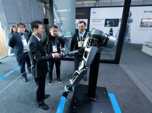 (오른쪽부터)미국 라스베이거스에서 열리고 있는 CES 2019에서 네이버랩스 석상옥 헤드와 LG전자 노진서 로봇사업센터장이 네이버 부스에 전시된 로봇팔 엠비덱스를 살펴보고 있다
