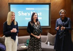 비자가 지원하는 여성 소유 중소기업을 옹호하기 위한 글로벌 이니셔티브를 발표했다. 비자의 임원 메리 앤 라일리(좌)와 수잔 커리어(우)가 여성창업자공동체 주최로 뉴욕시 허드슨 야드에서 개최된 행사에서 창립자 레베카 밍코프(가운데)와 함께 했다