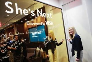 비자 주최로 뉴욕시 허드슨 야드에서 개최된 행사에서 메리 앤 라일리 비자 임원이 그녀가 다음 차례이다 사업 행사에서 이름을 새기고 있다
