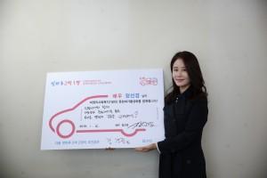 덧마루 2막1장 주자 배우 정선경이 기념촬영을 하고 있다