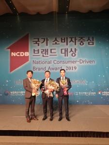 하우치코리아 손종진 영업대표(맨좌측)가 2019 국가 소비자중심 브랜드 대상 시상식에서 공기청정기 부문 대상을 수상하고 있다