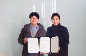 왼쪽부터 쓰리디에이지 김상환 대표이사와 더그루3D 송해영 이사장이 기념촬영을 하고 있다