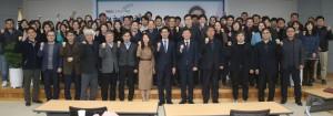 충남연구원이 개최한 양승조 도지사 초청 특강에서 참석자들이 기념촬영을 하고 있다