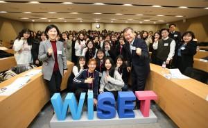 한화진 한국여성과학기술인지원센터 소장(중앙 왼쪽), 노스롭그루먼 코리아 하동진 사장(중앙 오른쪽)이 교육생들과 기념촬영을 하고 있다