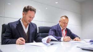 퓨투로코인이 애스턴마틴 레드불 레이싱 팀과 제휴 계약을 체결했다. (사진 좌에서 우로) 크리스천 호너 레드불 레이싱 팀 대표와 로만 지미언 퓨투로코인 공동창업자