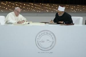 프란치스코 교황 성하와 알 아즈하르 대이맘이 세계 평화와 더불어 사는 삶을 위한 역사적인 아부다비 선언에 서명했다