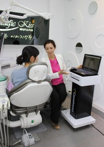 Dr. Yumi Jung is explaining gum and mouth condition to patients through digital scanning
