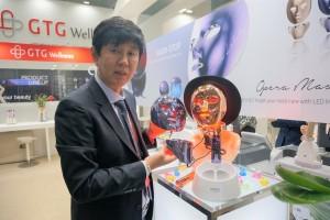 지티지웰니스의 LED마스크 오페라미룩스를 설명중인 김태현 대표