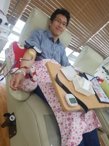헌혈의집 강남2센터에서 헌혈중인 김석현  ROTC 중앙회 봉사단장