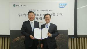 (왼쪽부터)리차드 윤 한국에스리 사장과 이성열 SAP코리아 대표이사가 공간정보 인텔리전스 확대를 위한 업무협약 행사에서 기념사진을 촬영하고 있다