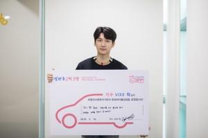 덧마루 2막3장 주자 VIXX 혁이 기념촬영을 하고 있다