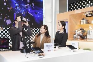 SK텔레콤 직원들이 5G상용망과 연결된 갤럭시S10 5G를 활용해 다양한 5G서비스를 체험해보고 있다