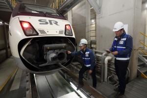 서울 수서역 SRT 정비소에서 SR 정비 직원들이 KT 5G AR 스마트안경을 이용해 열차를 정비하고 있다