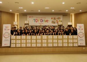 어린이날 선물 포장을 마친 램리서치 임직원이 기념촬영을 하고 있다