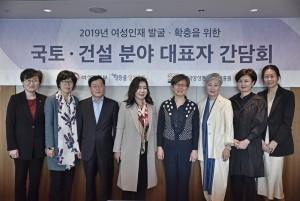 양평원 나윤경 원장(우측에서 네번째)이 간담회에 참석한 각 분야 대표자들과 함께 기념촬영을 하고 있다