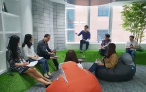 오렌지라이프의 애자일 조직 직원들이 회의를 하고 있다