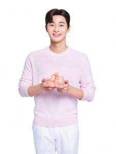 LG생활건강의 오랄케어 브랜드 모델로 선정된 배우 박서준이 히말라야 핑크솔트 암염을 들고 있다
