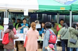 삼전복지관 직원 및 봉사자들이 물품을 판매하고 있다