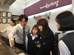 학생들이 호텔리어 프론트 접객 업무를 체험하고 있다