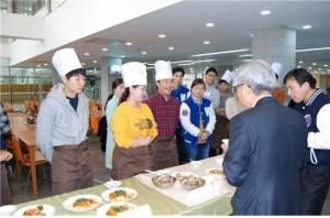 코리아텍(한국기술교육대학교)의 과거 요리경연대회에서 참가자들이 음식을 선보이고 있다