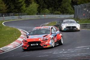 현대자동차 i30 N TCR이 현지시각 5월 18일~19일 독일 뉘르부르크링 서킷에서 열린 뉘르부르크링 24시 내구레이스 예선전에서 경주하고 있다