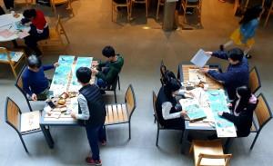 삼성SDS 임직원 가족들이 키재기를 만드는 모습