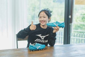 축구화를 선물받고 기뻐하는 이민아 선수와 특별 제작한 축구화 모렐리아 네오2