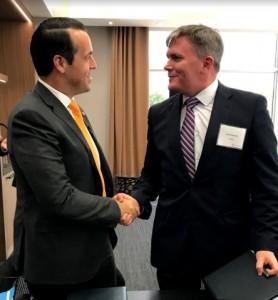 신타비아 창립자 겸 CEO 브라이언 네프와 하우코그룹 수석부사장 데이비드 프레스턴이 석유 및 가스업계의 적층 제조 개발에 힘을 싣기 위한 노력의 일환으로 하우코그룹과 합작법인 설립을 위한 주요 거래 조건서에 서명했다