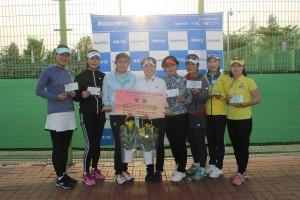 제25회 벼룩시장배 전국 동호인 테니스대회 여정을 마무리 한 후 국화부 입상자들이 기념 촬영을 하고 있다
