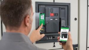 사용자가 슈나이더 일렉트릭의 마스터팩트MTZ를 휴대폰으로 사용하고 있다
