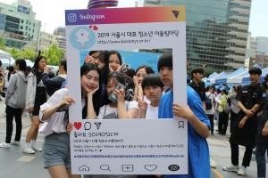 2019 서울시 청소년 어울림마당 2회 찾아가는 어울림마당 중구! 행사에 참여한 청소년들이 기념사진을 찍고 있다