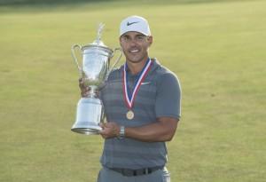 2018년 시네콕 힐스 골프 클럽에서 US 오픈 우승 트로피를 들고 있는 롤렉스 홍보대사 브룩스 켑카