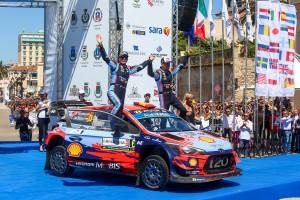 현대자동차 월드랠리팀이 2019 WRC 시즌 세 번째 우승을 하고 기념촬영을 하고 있다