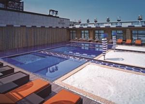 호텔 서울드래곤시티가 베가스 테마의 오프닝 풀파티를 개최한다