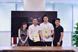 왼쪽부터 두 번째 베트남 VTV의 Ho Kien이사와 왼쪽부터 세 번째 글림미디어의 윤호기 대표가 VTV 본사에서 업무 협약을 체결하고 기념사진을 찍고 있다