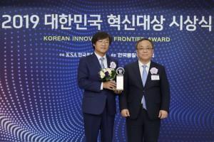 왼쪽부터 신일 정윤석 대표이사가 2019 대한민국 혁신대상에서 한국표준협회 이상진 회장으로부터 상을 건네받고 있다