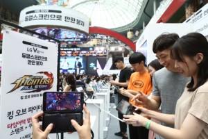 LG V50 ThinQ 게임 페스티벌에 참가한 관람객이 체험하고 있다