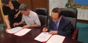 왼쪽부터 정강 연태경제기술개발구 유치합작국 국장과 황희정 KH케미컬 대표가 업무 협약을 체결하고 있다