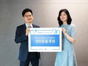 왼쪽부터 미디어윌 정회경 사업본부장과 독거노인종합지원센터 김현미 센터장이 독거노인들을 위한 착한 바람 캠페인 냉방용품 박스 전달식에서 기념사진을 촬영하고 있다