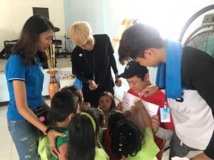 현지 아동들에게 봉사활동을 펼치고 있는 단원들
