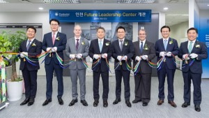 푸르덴셜생명 임직원들이 인천 퓨처리더십센터를 개관하고 기념촬영을 하고 있다