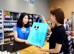고객이 GS25 매장에서 친환경 대여쇼핑백을 구매하고 있다