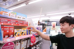 고객이 GS25에서 안전상비약품을 고르고 있다