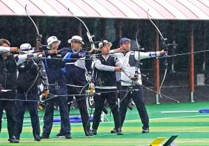 기장 월드컵빌리지에서 열린 현대자동차 정몽구배 한국양궁대회 2019 본선 경기에서 김우진을 비롯한 선수들이 악천후 속에서도 집중력을 발휘해 활시위를 당기고 있다