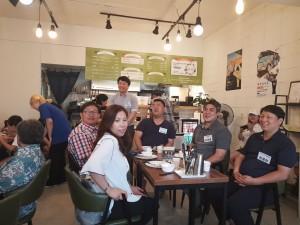 부여마을 협동조합 노재정 대표와 참석자들이 지역 사업 연계 모임에서 환하게 웃고 있다