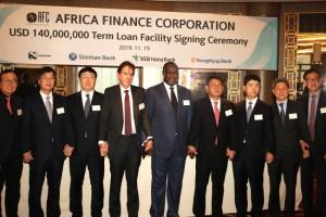 왼쪽부터 한국은행 런던사무소장, 금융감독원 런던사무소장, KEB 하나은행 런던지점장, 네드뱅크 영국지사장, 아프리카금융공사(AFC) 대표 겸 CEO, 신한금융그룹 그룹&글로벌 투자금융부문장, 농협은행 투자금융부문장, 주영국 한국대사관 공사참사관(재경관), 신한은행 런던지점장